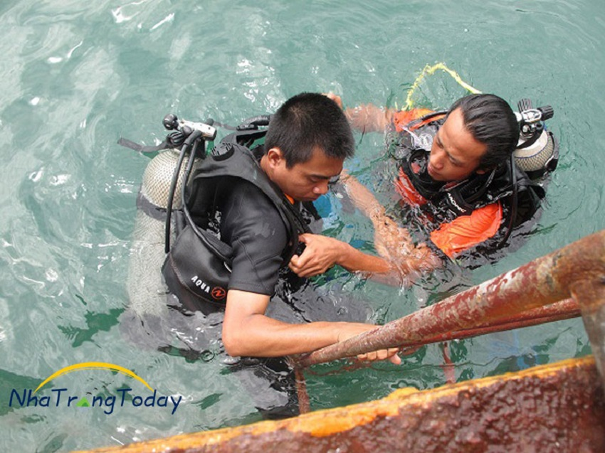 Kiểm tra lại trang phục trước khi lặn biển Nha Trang